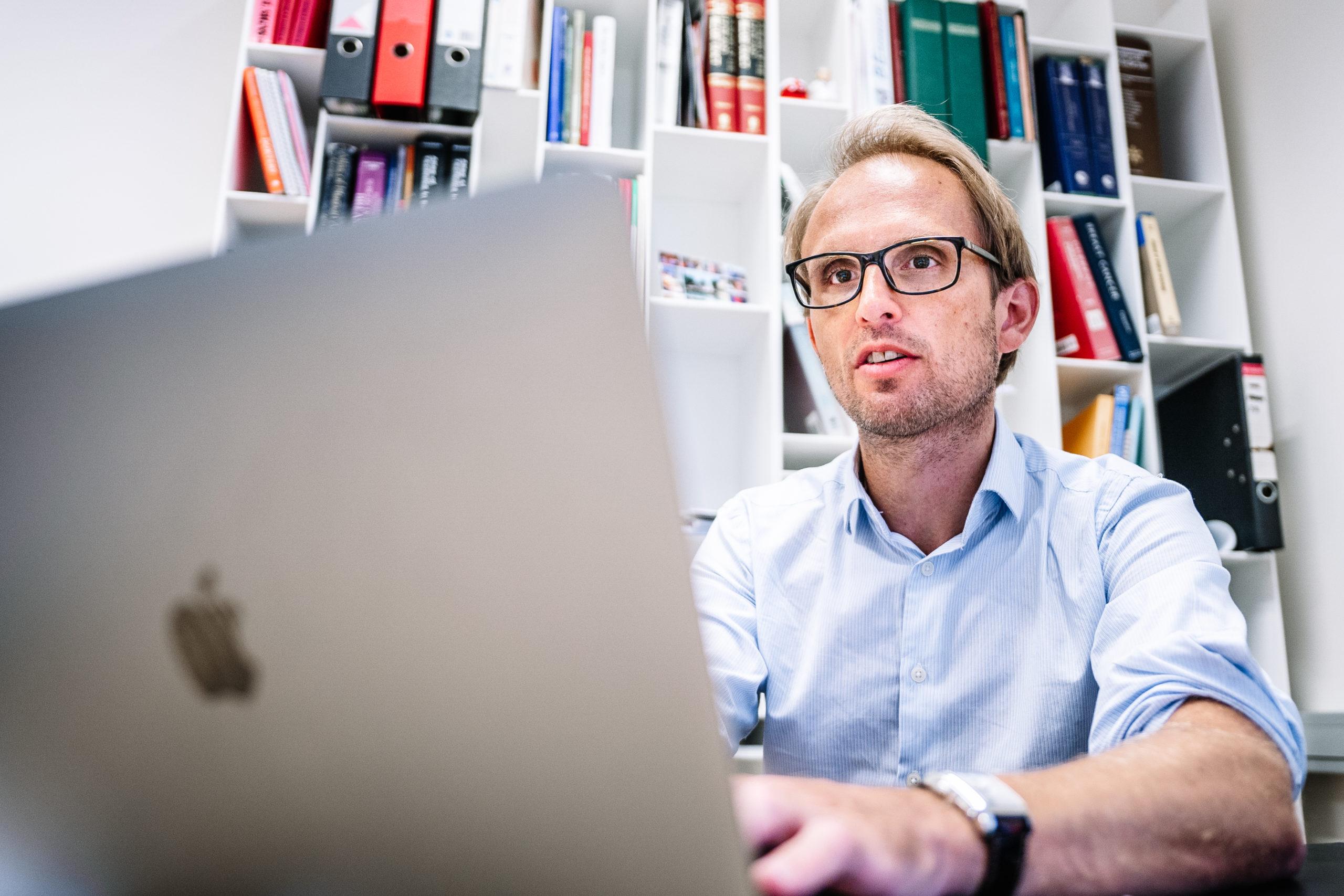 dr van kerschaver achter laptop
