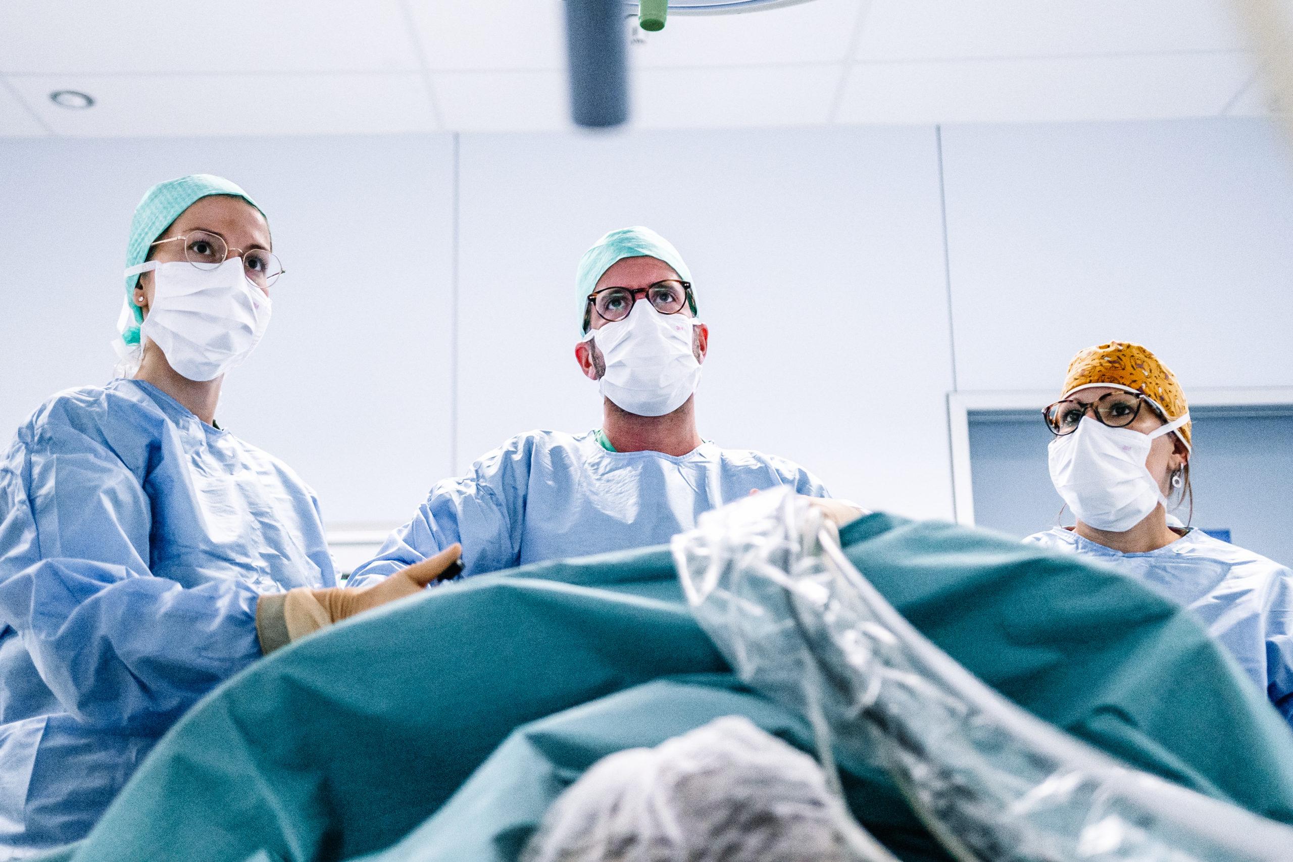 chirurgen aan het opereren